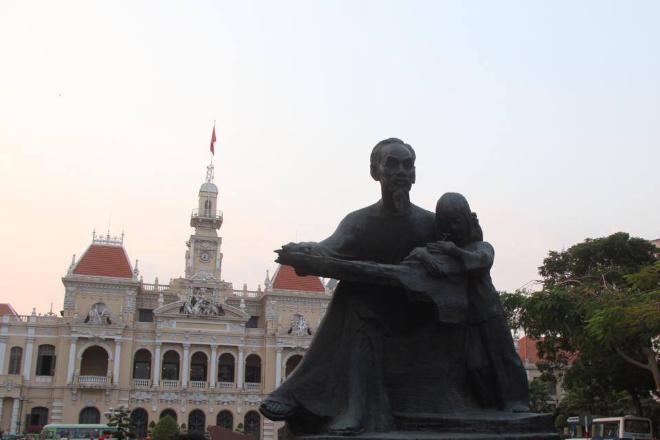 Ho Chi Minh devant l'hôtel de ville